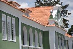 grünes und weißes Gebäude alt Stockbild