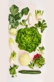 Grünes Vielzahlsalatgemüse: Kopfsalat, cucmber, Rettiche, Fenchel, Kohlrabi auf weißem hölzernem Hintergrund Lizenzfreie Stockfotos