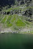 Grünes Wasser für blauen Teich, in Pyrenäen Lizenzfreies Stockbild