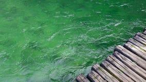Grünes Wasser mit Kräuselungen in Plitvice, Kroatien lizenzfreie stockbilder
