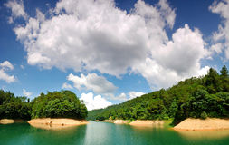 Grünes Wasser und blauer Himmel Lizenzfreie Stockfotos