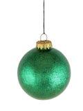 Grünes Weihnachtsglaskugel auf weißem Hintergrund Lizenzfreie Stockfotos