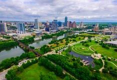 Grünes Weitwinkelparadies über moderner Skyline-Ansicht Butlers Park Capital City von Austin Texas lizenzfreie stockfotografie