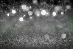 Grünes wunderbares helles Funkelnlichter defocused bokeh abstrakter Hintergrund mit fallenden Schneeflocken fliegen, festal Model lizenzfreie abbildung