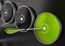 Grünes Ziel und Pfeil - Pfeilvorstand Stockfotografie
