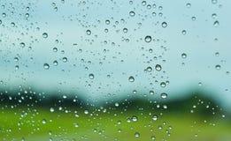 Grünfelder nach Regen hinter dem Fenster, schauen frisch, entspannen sich, Ruhe und Ruhe Stockfoto