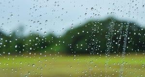 Grünfelder nach Regen hinter dem Fenster, schauen frisch, entspannen sich, Ruhe und Ruhe Lizenzfreie Stockfotos