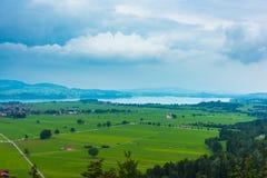 Grünfelder und ein See Stockbilder