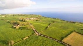 Grünfelder von Azoren mit Atlantik auf Hintergrund lizenzfreie stockbilder
