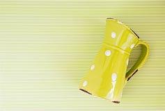 Grünkrug auf weißen Linien Hintergrund eines grünen Landes Lizenzfreie Stockfotografie