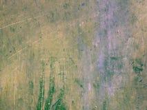 Grünliche Farbe der Schmutzbeschaffenheits-verblaßte alte Steinwand mit den gelben Stellen, bedeckt mit Kratzern, ein Lech Hinter Lizenzfreies Stockbild