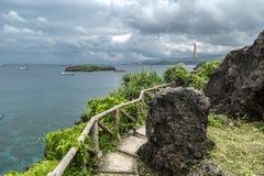 Grünpflanzen des schönen Weges und azurblaues Meer auf kleiner Insel Crystal Coves nahe Boracay-Insel in den Philippinen lizenzfreie stockfotos