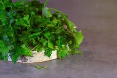 Gr?ns f?r Salat auf einem grauen Hintergrund stockfoto