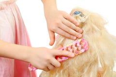 grępli lali dziewczyn włosiana hairbrush ręk zabawka Zdjęcia Stock