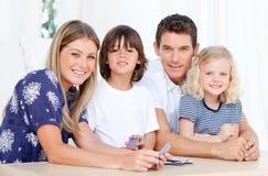 grępluje rodzinnego bawić się portret Zdjęcia Stock