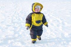 Grżę ubierał dziecka odprowadzenie w zimie Fotografia Stock