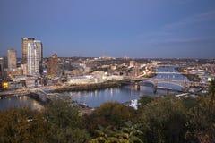 Grże łunę w centrum Pittsburgh po zmierzchu zdjęcia royalty free