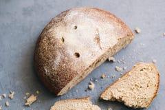 Grże, świeżo żyto chleb Ciie plasterki Drzeje daleko kawałek Odgórny widok Rolny jedzenie robić od mąki i jajek Fotografia Stock