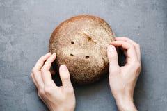 Grże, świeżo żyto chleb Ciie plasterki Drzeje daleko kawałek z twój rękami Odgórny widok Rolny jedzenie robić od mąki i jajek Zdjęcie Royalty Free