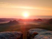 Grże mglistą jesieni ziemię w czerwonych kolorowych cieniach Skalisty gulch pełno purpurowa mgła i słońce chuje w mgle Zdjęcia Royalty Free