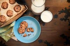 Grże talerza czekoladowego układu scalonego mleko i ciastka obraz stock