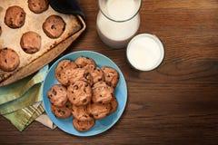 Grże talerza czekoladowego układu scalonego mleko i ciastka fotografia stock