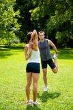 Grże up - pary ćwiczy przed jogging Zdjęcia Stock