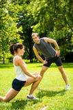 Grże up - pary ćwiczy przed jogging Fotografia Royalty Free