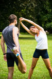 Grże up - pary ćwiczy przed jogging Fotografia Stock