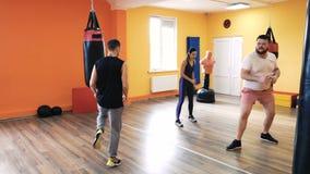 Grże w górę bokserskiego szkolenia przed Osobisty trenowanie Trener i intymny szkolenie Dodatek specjalny musztruje aparata ?wiet zdjęcie wideo
