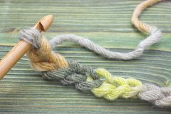 Grże zieloną zimy przędzy piłkę dla dziać i szydełkuje na drewnianym stole Zbliżenie fotografia szydełkowy łańcuch Wieśniak szyde Obraz Royalty Free