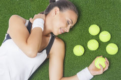 作说谎在人为Gr的女性网球员画象  免版税库存照片
