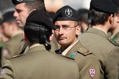 grå italiensk manmilitärlikformig Arkivfoton