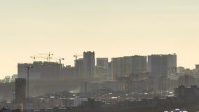 Gr?as de construcci?n en nuevas ?reas residenciales Nueva ciudad constructiva en al borde de una alta colina D?a de niebla solead almacen de video