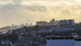 Gr?as de construcci?n en nuevas ?reas residenciales Nueva ciudad constructiva al borde de una alta colina Timelapse nublado solea metrajes