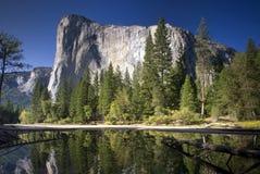 Gr Capitan dacht in de Merced-Rivier, het Nationale Park van Yosemite, Californië, de V.S. na Stock Foto's