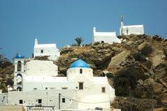 Gr?cia a ilha do Ios Capelas sobre um monte fotografia de stock royalty free