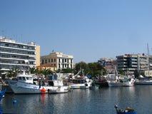 Gr?cia, Kavala - Sertember 10, 2014 Barcos gregos pequenos amarrados ? costa imagem de stock