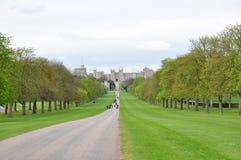 går den långa uk-sikten för slottet windsor Arkivfoto