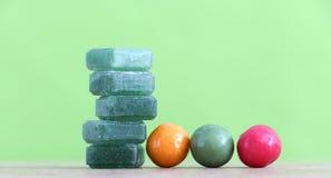 Gr een薄菏在绿色背景的糖果和泡泡糖 库存照片