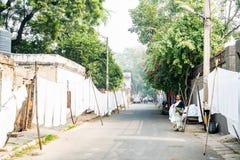 ÂGRÂ, INDE - 8 NOVEMBRE 2017 : Les feuilles blanches accrochent sur des cordes dans la rue indienne Photographie stock libre de droits