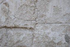Gr? konkret texturbakgrund sprickor skrapor skada royaltyfria foton