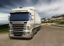 Grå lastbil på huvudvägen Royaltyfri Bild