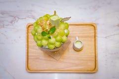 gr?n form f?r melonbollen ordnas p? ?verkanten av bingsuen (koreansk glassstil) och dekoreras med glass och mintkaramellen f?r gr royaltyfria bilder