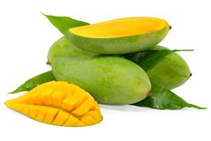 Gr?n mangofrukt som isoleras p? vit bakgrund royaltyfria foton