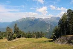 Gr?na berg och bl? sky royaltyfri foto