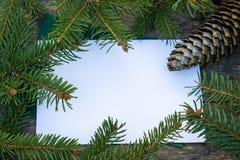 Gr?ne Niederlassungen eines der Weihnachtsbaums und Kegel auf dem Hintergrund von alten, h?lzernen Brettern Draufsicht mit Kopien lizenzfreies stockfoto