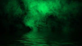 Gr?ne rollende Wogen von Rauchnebelwolken vom Trockeneis ?ber dem unteren Licht mit Reflexion im Wasser Beschaffenheits?berlageru lizenzfreie stockbilder