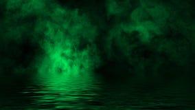 Gr?ne rollende Wogen von Rauchnebelwolken vom Trockeneis ?ber dem unteren Licht mit Reflexion im Wasser Beschaffenheits?berlageru stockfotos