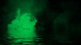 Gr?ne rollende Wogen von Rauchnebelwolken vom Trockeneis ?ber dem unteren Licht mit Reflexion im Wasser Beschaffenheits?berlageru lizenzfreie stockfotografie